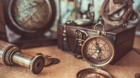 Weinlese-Kompass, hölzerner Schatz-Kasten, schieben alte Sammlungs-Fotos ineinander lizenzfreie stockbilder