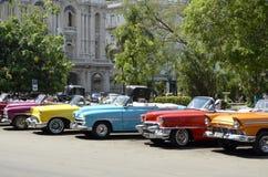 Weinlese-konvertierbare Autos von verschiedenen Farben in Havana (Kuba) Lizenzfreie Stockfotografie