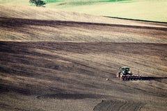 Weinlese-ländliche Landschaft mit Traktor Stockbild
