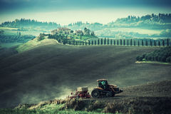 Weinlese-ländliche Landschaft mit Traktor Stockfoto