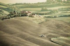 Weinlese-ländliche Landschaft mit Traktor Stockfotografie