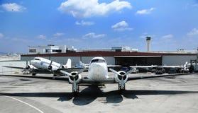 Weinlese-Ladung-Stütze-Flugzeug auf Tarmack lizenzfreies stockfoto