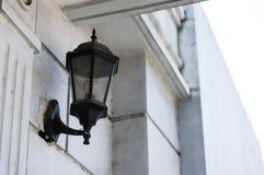 Weinlese-Lampe befestigt zur Wand Stockfotos