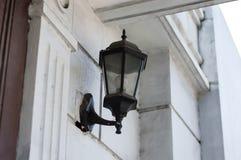 Weinlese-Lampe befestigt zur Wand Stockbild