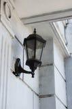 Weinlese-Lampe befestigt zur Wand Stockbilder