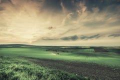Weinlese-Landschaft mit Feldern und Himmel Lizenzfreie Stockfotos