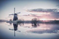 Weinlese-Landschaft mit Holland Windmills Lizenzfreie Stockfotografie