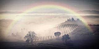 Weinlese-Landschaft mit Regenbogen und Garten Lizenzfreies Stockfoto