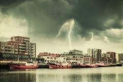 Weinlese-Landschaft mit Schiffen und Blitz Stockfoto