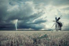 Weinlese-Landschaft mit Weizen-Feldern und Windmil Lizenzfreies Stockbild
