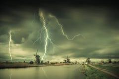 Weinlese-Landschaft mit Windmühlen und Blitzen Stockfotos