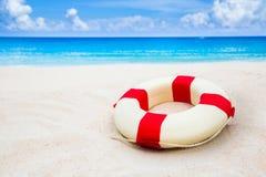 Weinlese-Lebenboje auf dem Sand am Strand Lizenzfreie Stockfotografie