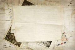 Weinlese-Papierbuchstaben und Postkarte Stockbild