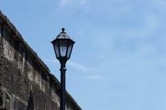 Weinlese-Licht-Beitrag auf der Straße Lizenzfreies Stockfoto