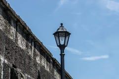 Weinlese-Licht-Beitrag auf der Straße Stockfotografie