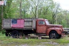 Weinlese-LKW mit amerikanischer Flagge stockbilder