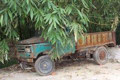 Weinlese-LKW zwischen Bambus in China lizenzfreies stockfoto