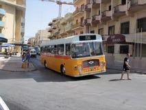Weinlese-Malta-Bus Lizenzfreies Stockbild