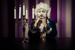 Weinlese, Mann kleidete in der Rokokoart, im Konzept des Reichtums und im pove an Stockbild