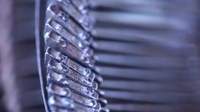 Weinlese-manuelle Schreibmaschine im Büro stock video