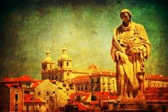 Weinlese maserte Stadtbild von Lissabon mit alter Statue Stockfotografie