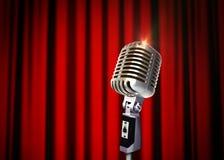 Weinlese-Mikrofon über roten Vorhängen Stockbilder