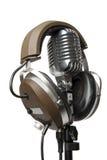 Weinlese-Mikrofon mit modernen Kopfhörern Stockfotografie