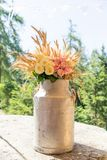Weinlese-Milch-Behälter in schäbigem schickem Rusty Wedding Decoration stockfotos
