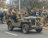Weinlese Militär-Willys-Jeep auf Parade stockfotografie