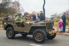 Weinlese Militär-Willys-Jeep, der auf Parade fährt lizenzfreies stockfoto