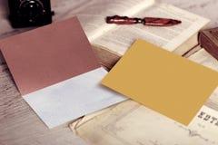 Weinlese-Modell der Visitenkarte und des leeren Umschlags mit Copyspace Lizenzfreies Stockfoto