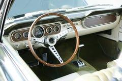 Weinlese-Mustang-Armaturenbrett Stockfotos