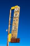 Weinlese, Neon, altersschwaches Motelzeichen mit einem Himmelhintergrund Stockfotos