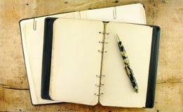 Weinlese-Notizbuch und Feder stockfoto