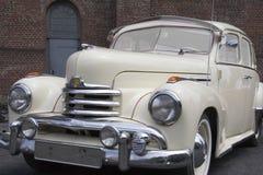 Weinlese Opel Kapitaen vor einem alten Haus Lizenzfreies Stockbild