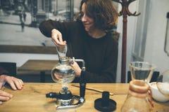 Weinlese-Paare Frische Kaffeetassen und Kaffeebohnen herum Lizenzfreie Stockbilder