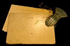 Weinlese Papier und Clothespin Stockbild