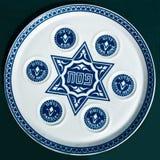 Weinlese-Passahfest Seder Platte auf dunklem Hintergrund. Lizenzfreie Stockfotografie