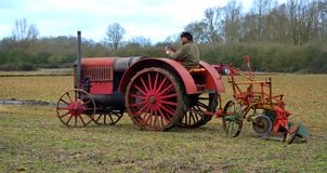 Weinlese pflügendes Feld 1930 roten International ` s Traktors Stockfotografie