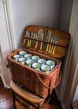 Weinlese-Picknick-Korb auf geflochtenem Stuhl stockfoto