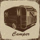 Weinlese-Plakat mit Anhänger, Fahrzeug-Reisemobil-Wohnwagen typografisch, Schattenbildanhänger, Wohnwagen Druck für Gewebe Lizenzfreie Stockfotografie