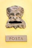 Weinlese Postbox auf Wand Stockfotos