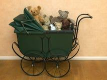 Weinlese Pram mit Teddybären Lizenzfreies Stockfoto