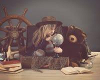 Weinlese-Reise-Kind, das Weltkugel betrachtet Stockbild