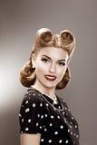 Weinlese. Retro Frau im stilvollen Tupfen-Kleiderporträt - Pin oben Lizenzfreie Stockfotos