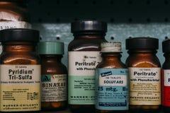 Weinlese, Retro- Medizin-Flaschen - verlassene Apotheke Stockfotos