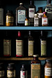 Weinlese, Retro- Medizin-Flaschen - verlassene Apotheke Stockbilder