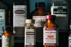 Weinlese, Retro- Medizin-Flaschen - verlassene Apotheke Lizenzfreie Stockbilder