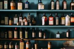 Weinlese, Retro- Medizin-Flaschen - verlassene Apotheke Lizenzfreies Stockbild