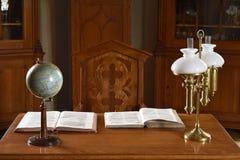 Weinlese-Retro- Tabelle mit Kugel, Büchern und Lampe lizenzfreie stockbilder
